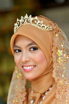 @ Amz Zed tiara+veil (!!)  Let It Reign, via Amrufm on Flickr - 21 WEDDING HIJAB LOOKS