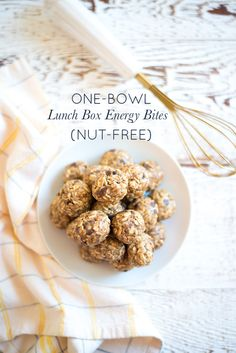 A wholesome easy tasty treat One-Bowl Lunch Box Energy Bites (Nut-Free) are perfect for lunch boxes as an afternoon snack or as a quite bite on-the-go. Healthy Afternoon Snacks, Healthy Snacks For Kids, Kid Snacks, School Snacks, Healthy Desserts, Sin Gluten, Quinoa, Whole Food Recipes, Snack Recipes