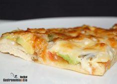 Esta Pizza de aguacate también podría llamarse pizza guacamole, pues la cobertura que le hemos puesto a la masa de pizza con sémola y masa madre líquida está compuesta casi al completo por los ingredientes utilizados para hacer nuestra receta de guacamole, una salsa o dip que nos encanta y que hemos querido probar haciendo esta versión horneada.El resultado nos ha gustado, la Pizza con aguacates ofrece una textura suave y cremosa, gracias a la textura que este rico fruto proporciona. Puede…