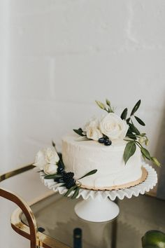An Organic Modern Winter Wedding + Wedding Planner Wedding Advice simple and sweet wedding cake idea Wedding Cake Fresh Flowers, Floral Wedding Cakes, Elegant Wedding Cakes, Cool Wedding Cakes, Beautiful Wedding Cakes, Wedding Cake Designs, Wedding Cake Simple, Wedding Favors, Rustic Wedding