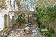 Pas besoin d'un grand jardin pour avoir une piscine! - Esprit Laïta Pergola, Surface Habitable, New Homes, Outdoor Structures, Porche, Outdoor Decor, Nature, Walkways, Provence