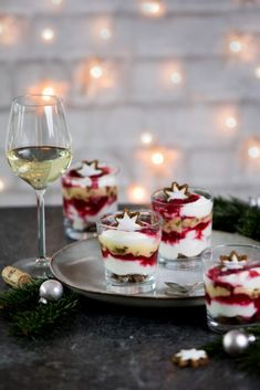 Himbeer-Zimtstern-Schichtdessert - My list of the most healthy food recipes Winter Desserts, Christmas Desserts, Christmas Tables, Christmas Room, Nordic Christmas, Modern Christmas, Christmas Cards, Do It Yourself Food, British Desserts