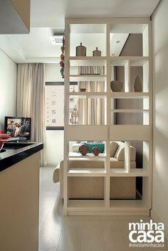 Criando dois ambientes com uma estante vazada.