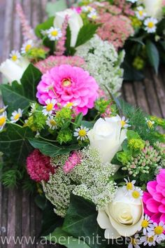 Tischdeko Blütenkranz, Dahlie 'Happy Hour', Blumenkranz pink-weiß, Hochzeitsdeko pink