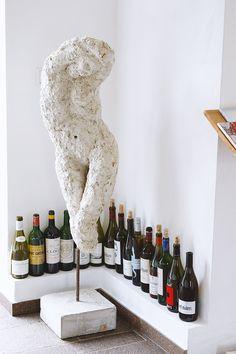 """Auf meiner Reise """"In 18 Brettljausn durch die Südsteiermark"""" stelle ich dir heute den Buschenschank Oberguess an der Südsteirischen Weinstraße vor. Zuhause ist es eben auch schön. Nicht umsonst wird meine Heimat in fast allen Reisemagazinen mindestens unter die Top 3 der schönsten Reiseziele in Österreich gereiht wird. Office, Berg, Wine Rack, Home Decor, Porto, Communities Unit, Lisbon, Career, Ad Home"""