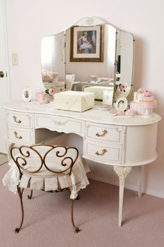 Impressive Makeup Vanity Inspiration to Copy - Searching for amazing makeup vanity ideas? You can check out our latest picks to steal. Vintage Dressing Tables, Dressing Table Vanity, Vanity Tables, Vanity Room, Vanity Decor, Vanity Ideas, Antique Vanity, Vintage Vanity, Vintage Makeup Vanities