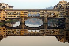 Il Ponte Vecchio, Florence - Italy Is a medieval bridge over the Arno River. Actually, it's much more than a bridge – it's a street, a marketplace, and a landmark of the city Oh The Places You'll Go, Places To Travel, Places To Visit, Hangzhou, Rome Florence, Florence Bridge, Florence Shopping, Pont Paris, Famous Bridges