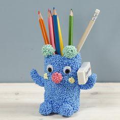 Tämä kynäpurkki on tehty pahvirullasta, joka on päällystetty Foam Clay Large- massalla ja koristeltu liikkuvilla silmillä. Pots, Craft Projects For Kids, Kids Crafts, Pencil Holder, Make Your Own, Creations, Clay, Inspiration, Toilet Paper