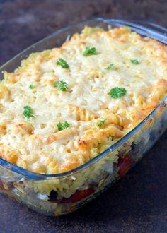 """To było to, czego szukałam! Kiedy na blogu z apetytem zobaczyłam przepis na tą zapiekankę oczy mi się zaświeciły:) Z lekka pozmieniałam tylko ilości, tak by moja wiecznie głodna rodzinka najadła się do syta - et voila!:) Polecam również ryżową zapiekankę """"Gyros"""". 400 g makaronu np świder Cooking Recipes, Healthy Recipes, Teller, Easy Chicken Recipes, Diy Food, My Favorite Food, Summer Recipes, Food Inspiration, Macaroni And Cheese"""