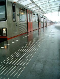 Amsterdam Ganzenhoef metrostation - Hoe gebruiken blinden en slechtzienden hun overige zintuigen om zich te oriënteren? Van die vraag gaat TG Lining uit bij het ontwikkelen van geleidelijnen en markeringen voor openbare ruimtes en het openbaar vervoer. TG Lining is het enige bedrijf dat het proces van begin tot eind begeleidt. - See more at: http://regiovanhollandsebodem.nl/beleven/belevenissen/tglining#sthash.v22OxT7u.dpuf
