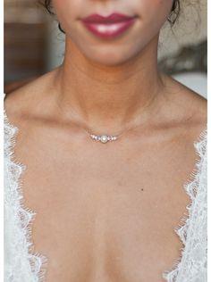 La simplicité d'un collier discret idéal pour une robe de mariée très travaillée