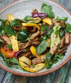 Grillgemüse-Salat: Kurz gegrillt werden Aubergine, Zucchini und Paprika mit frischen Kräutern zum Salat des Sommers.