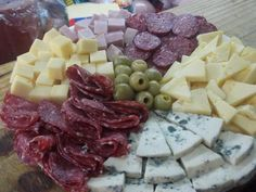 Tabla de fiambres y quesos Super. Ver receta: http://www.mis-recetas.org/recetas/show/44805-tabla-de-fiambres-y-quesos-super
