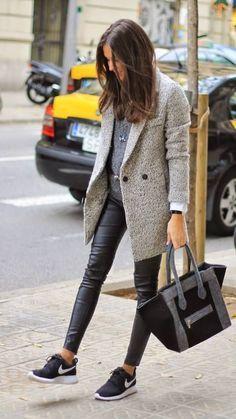 Den Look kaufen: https://lookastic.de/damenmode/wie-kombinieren/mantel-grauer-pullover-mit-rundhalsausschnitt-dunkelgrauer-leggings-schwarze-sportschuhe-schwarze-und-weisse/7452 — Schwarze und weiße Sportschuhe — Schwarze Lederleggings — Grauer Mantel — Dunkelgrauer Pullover mit Rundhalsausschnitt