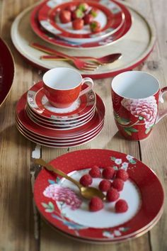 This red espresso cup and saucer set is decorated with a red design and golden details. The handle is adorned with pink and golden elements and exotic flowers decorate the saucer. Combines beautifully with the other coffee sets in the Blushing Birds colle Cappuccino Cups, Espresso Cups, Table Design, Booth Design, Cake Platter, Breakfast Plate, Red Mug, Bird Cakes, Flower Bowl