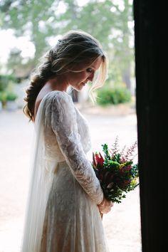 la boda de Rocio | Sole Alonso Todo lo fuimos eligiendo muy poco a poco, primero el vestido era liso, luego fuimos cambiando la tela y encontramos esta romántica gasa bordada, perfecta para el sitio donde era, y que a Rocío le chifló,