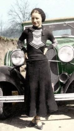 Bonnie Parker was Born on October in Rowena Texas, to Emma and Charles Parker. When Bonnie was four Charles passed away and Emma moved Bonnie her older Brother Hubert (Buster) and her. Bonnie Parker, Bonnie And Clyde Death, Bonnie And Clyde Halloween Costume, Diy Halloween Costumes, Bonnie And Clyde Pictures, Colorized Historical Photos, Colorized History, Old Photos, Vintage Photos