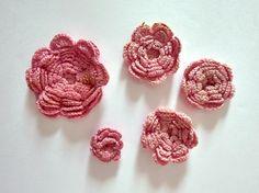 Vintage crocheted flowers. ROSES ROSETTES 1920s - boho rose - flower applique - ribbon work - vintage lace rose - handmade flower - hairbows de GiardinoDiNinfa en Etsy