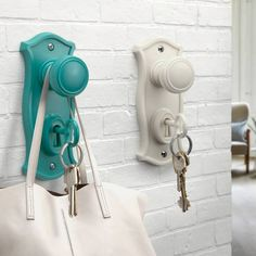 Soyez certain de ne plus rien égarer! Porte-manteau, porte-sac, porte-clefs tout en un! Restez organisés avec Doorman.3 couleurs disponibles: blanc, noir et turquoise.