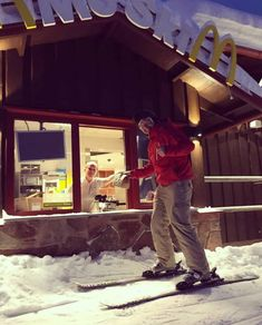 In Sweden there is a mcdrive for skiing - Toddler School, Sport Inspiration, Sour Cream And Onion, Cow Skin, Swedish Recipes, Today Show, Skiing, Snowboarding, Laughter