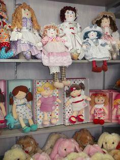vue d'ensemble de mes créations, et doudous poupées pour le bonheur des petites filles ! Ma première poupée ! http://www.lamaisondemathurine.com/les-doudous/
