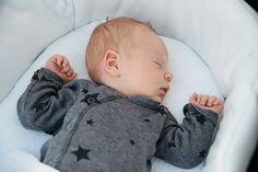 Bis das Baby durchschlafen kann, braucht es Zeit & Geduld. Ab wann Babys überhaupt durchschlafen können und welche Tipps beim Durchschlafen helfen, erklären wir hier. © iStock