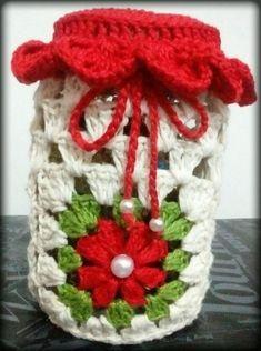 Lindas capas em CROCHÊ para decoração de potes de vidro Crochet Decoration, Crochet Home Decor, Crochet Crafts, Crochet Projects, Free Crochet, Crochet Designs, Crochet Patterns, Crochet Jar Covers, Glass Bottle Crafts