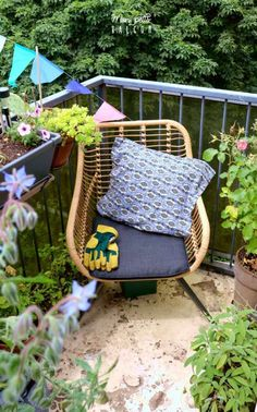 Aménager un petit salon de jardin au balcon   Décoration - Mon Petit Balcon Outdoor Chairs, Outdoor Furniture, Outdoor Decor, Decoration, Wicker, Home Decor, Gardens, Light String, Cuppa Tea