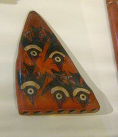 ANTARA Pequeña antara de cerámica polícroma de la cultura Nasca (costa meridional peruana, 200-600 d.C.) en el Museo Regional de Ica (Perú). Este instrumento pertenece a la familia de los aerófonos y es pariente de las flautas de pan, Siringa, Siku, Zampoñas, Rondadores, Lacas, Pusas, Licos o Icos, Zanjas o Sankas, Toyos, Carrizos, Carrizos Guaribe, Carrizos Cumanacoa, Carrizos Ipure, Carrizos Kariña, Wüküürü y otros.   Esta construido en arcilla. Consta de unos tubos sonoros de diferentes…