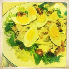 Ensalada de canónigos con salmón ahumado, huevos de salmón, huevos y una salsa riquísima.