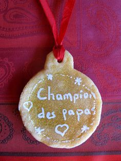 Cadeau de Fête des pères : médaille d'or de super papa Christmas Gifts For Him, Xmas, Christmas Ornaments, Activities For Kids, Crafts For Kids, Puffy Paint, Super Papa, Hannukah, Fathers Day Crafts