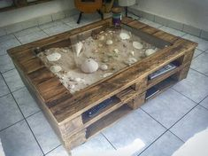 Beachy-keen Pallet Coffee Display Table / Table Basse Avec Vitrine D'exposition | 1001 Pallets ideas ! | Scoop.it #1001pallets