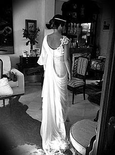 Marina Blanco lució un vestido de inspiración clásica, con manga asimétrica y una caída natural y versátil. El tocado de Laura Olea fue el complemento perfecto.