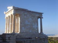 Orden Jonico. Templo de Atenea Niké. Su origen se remonta al siglo VI a. C., y se diferencia del orden dórico por su esbeltez, además de que también es más airoso, asemejándose a la delgadez femenina.