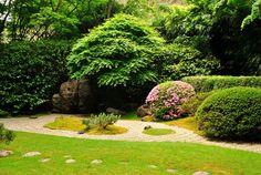 Um pequeno jardim zen no Jardim de Chá Japonês, localizado no Parque Golden Gate, em São Francisco, estado da Califórnia, USA. O jardim de rochas e cascalho, tem por característica pedras que se levantam da areia ondulada sugerindo o oceano. Eles muitas vezes executam padrões simples do rastelo em jardins secos, conhecidos como karesansui em japonês.  Fotografia: Asamudra.