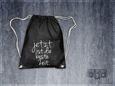 """""""Jetzt ist die beste Zeit""""   Rucksack in schwarz - Rucksäcke - Rucksäcke & Beutel - Mit Liebe handgemacht in Hohenstein-Ernstthal, Deutschland von shirtandprint   bedruckt   Baumwolle (rein)   schlicht, lässig, elegant   mit Motiv, einfarbig   Individualisierbar   Alaaf You, Printed Bags, Drawstring Backpack, Etsy, Pouch, Backpacks, Prints, Design, Chill"""