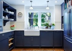 синяя кухня в классическом американском стиле