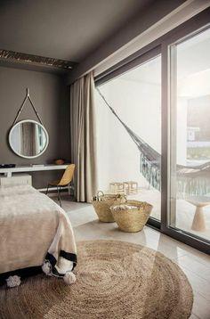 decoración de dormitorios, colcha rosa, ventanas grandes, espejo redondo, cestas para ropa