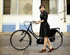 Ellen Page, actrice canadienne (du film Juno), sur son Batavus Old Dutch (dispo chez hollandbikes.com)