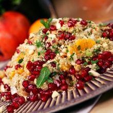 Το κινόα θεωρείται το δημητριακό των Αζτέκων. Με εξαιρετική γεύση, ντελικάτη υφή, αλλά κυρίως με διατροφικές χάρες ξεχωριστές, αφού η σύστασή του είναι κατά 90% προτεϊνική. Ενδείκνυται γι' αυτούς που αποφεύγουν τη γλουτένη και κάνουν δίαιτα Greek Recipes, Dessert Recipes, Desserts, Potato Salad, Healthy Recipes, Healthy Food, Rice, Potatoes, Postres