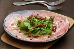 Manuela Zangara serves up a simple and refreshing beef carpaccio recipe. Manuela Zangara serves up a simple and refreshing beef carpaccio recipe. Chefs, Party Food Dishes, Carpaccio Recipe, Finger Food Appetizers, Finger Foods, Cooking Recipes, Healthy Recipes, Healthy Foods, Italian Chef