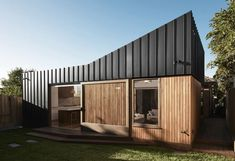 Bridge House - FIGR Architecture and Design - Melbourne, VIC, Australia - Image 5 - The Local Project House Cladding, Metal Cladding, Exterior Cladding, Facade House, Shiplap Cladding, Melbourne Architecture, Residential Architecture, Townhouse, Arquitetura