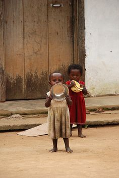 foreverbemused: my-africa-is-beautiful: Sisters in Congo How can we make life better for them. Kids Around The World, We Are The World, People Around The World, Beautiful World, Beautiful People, Beautiful Places, African Children, Thinking Day, Baby Kind