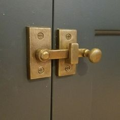 Choosing a doorknob decoration is as important as choosing the door itself. While door knobs may just be an accent, they offer a powerful statement. Brass Kitchen, Kitchen Hardware, Home Hardware, Brass Cabinet Hardware, Brass Handles, Door Design, House Design, Sliding Closet Doors, Pocket Doors