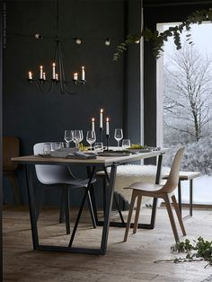 VÄSSAD bord, i lackad askfaner och lackat stål, VÄSSAD bänk, VÄSSAD ljuskrona för 10 ljus, lackat stål, ODGER stol, VINTER 2017 serveringsfat, VINTER 2017 tallrik, VINTER 2017 assiett, FULLTALIG ljusstake, IVRIG glas, IVRIG vitvinsglas.