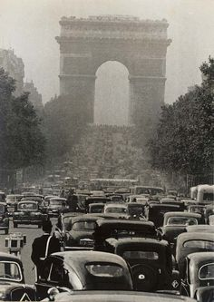 Les Champs-Elysées by Robert Doisneau Vintage Old Photos from Famous Photographers from Around The World, Landscape Photography, Still Life Photography, and Nature Photography are among the Types of Photography,History of Photography History Of Photography, Types Of Photography, Still Life Photography, Vintage Photography, Street Photography, Landscape Photography, Urban Photography, Classic Photography, Robert Doisneau