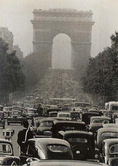Les Champs-Elysées by Robert Doisneau