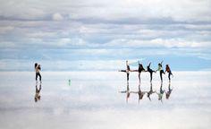 天堂到底長什麼樣子?相信應該大家的心裡面都有自己的想像空間。位於南美洲的玻利維亞上,海拔11,995英尺高的烏尤尼鹽沼(Salar de Uyuni)有著最讓人驚嘆的景色,堪稱是「地球上的天堂」。  這裡是一片天然形成的鹽沼,面積達到4,086平方英里,是目前世界上最大的鹽沼地形。當雨季一來,整個地面上蓄積着一層薄薄的雨水,形成一個完美的反射鏡面,將美麗的藍天白雲完美地反射在地面上。走在上面,就像是漫步在雲端的感覺,簡直像是在夢境中一樣。  這一系列的攝影作品是拍攝在遊人在鹽沼上面的趣味動作,你瞧,是不是看起來就像是在天上遊玩一樣呢?