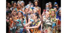 Dimanche 27 septembre, avant-dernier jour de la Fashion Week de Milan, Domenico Dolce et Stefano Gabbana portait une nouvelle fois l'Italie aux nues avec une collection au savoir-faire artisanal virtuose. Côté accessoires, un florilège de sacs, de paniers, de foulards mais surtout de smartphone estampillés Dolce & Gabbana rythmait ce vestiaire haut en couleurs. Des téléphones que les tops dégainaient à chaque passage pour se prendre en photos sous toutes les coutures. Des selfies qui étaient…