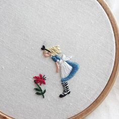 Wonderful Ribbon Embroidery Flowers by Hand Ideas. Enchanting Ribbon Embroidery Flowers by Hand Ideas. Hand Embroidery Stitches, Silk Ribbon Embroidery, Hand Embroidery Designs, Diy Embroidery, Embroidery Techniques, Cross Stitch Embroidery, Embroidery Digitizing, Embroidery Hoops, Diy Broderie